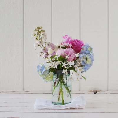 Use our blue mason jar to create a stunning centrepiece!